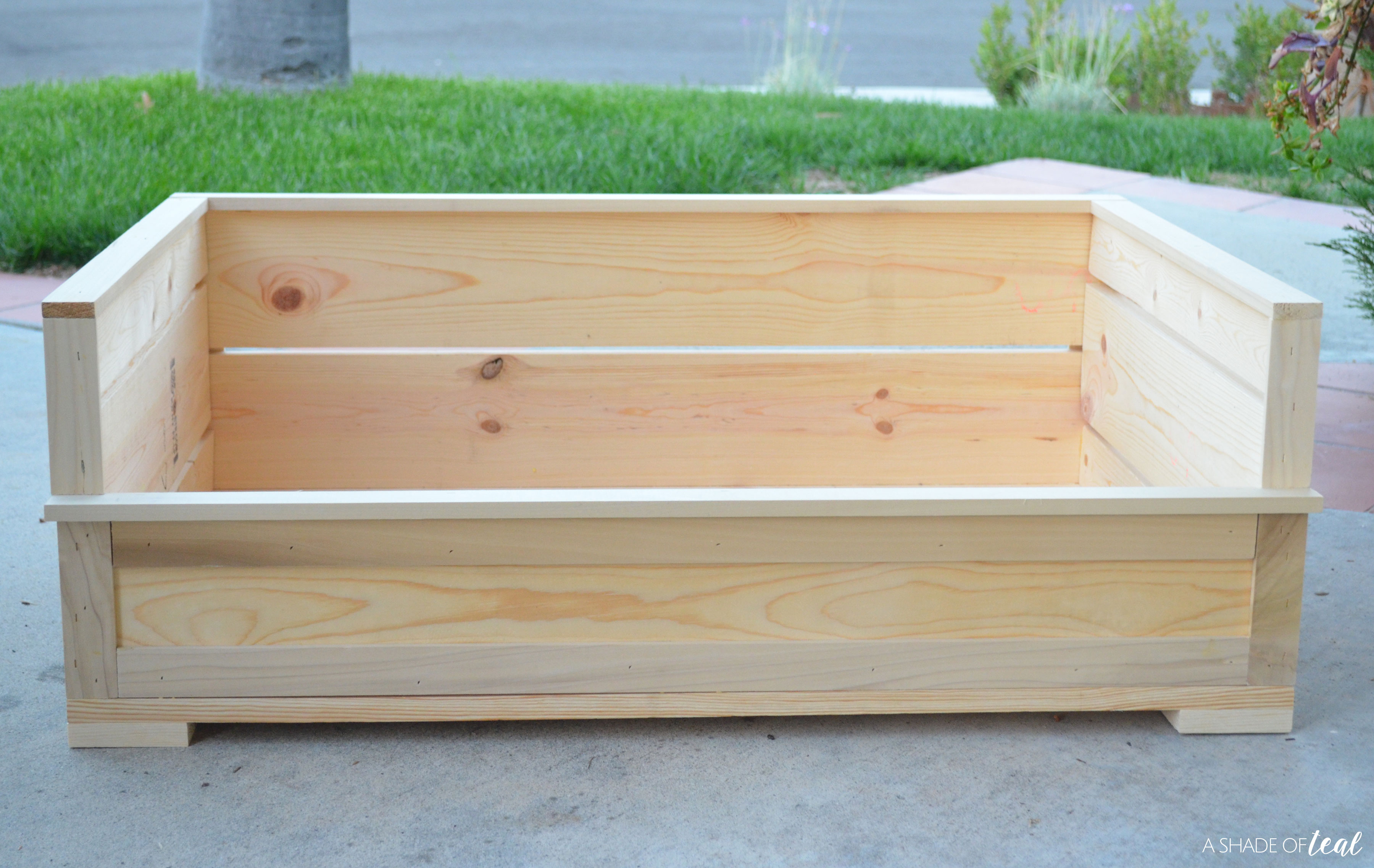 Picture of: How To Build A Rustic Wood Dog Bed